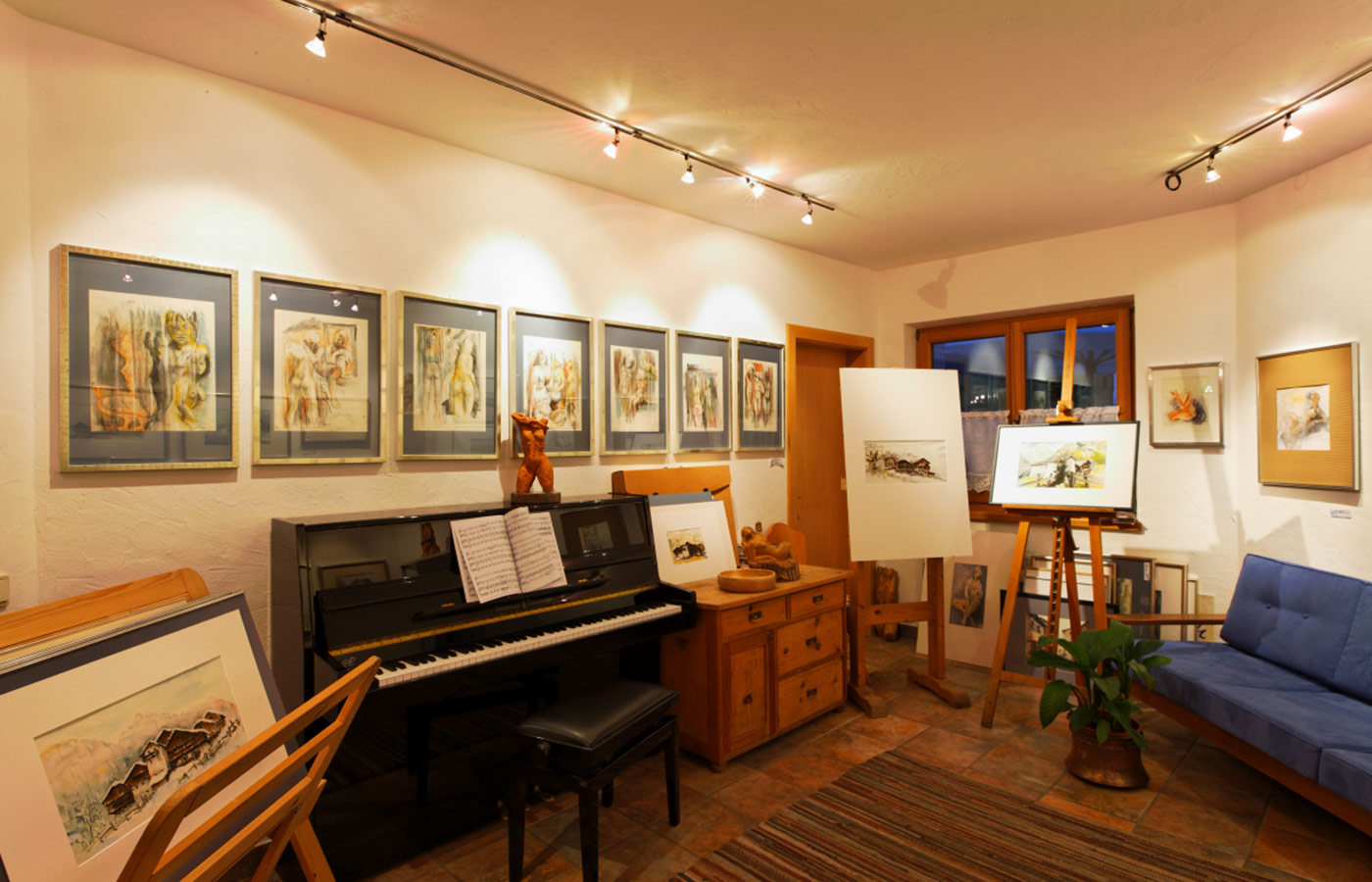 Paintings and a piano at the Atelier of Garnì Raetia